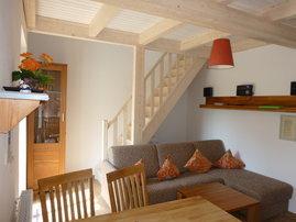 Wohnzimmer mit der Treppe nach oben.