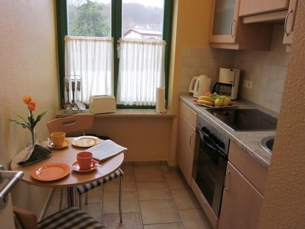 Separate Küche mit kleiner Sitzecke