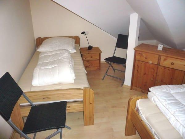Kinderzimmer mit 2 separaten Betten, hochwertigem Lattenrost (Stiftung Warentest: gut); Außenfenster nicht zu sehen