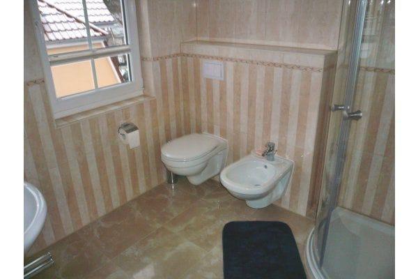Bad im Schlafgeschoss mit Ganzglas-Runddusche (rechts), Bidet, Toilette, links das Waschbecken, Fön, Fußbodenheizung, Handtuchheizkörper, Badradio, Außenfenster mit Fliegengitter