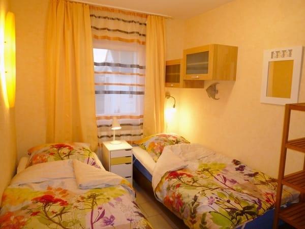 Weiteres Schlafzimmer mit zwei Einzelbetten