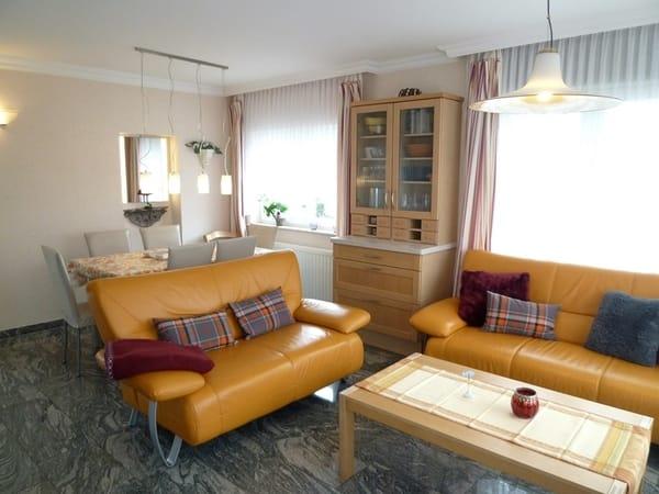 Wohnzimmer, Blick auf die Terrasse im Grünen