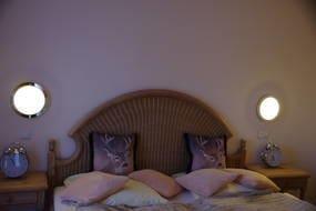 Schlafzimmer mit großem Doppelbett ...