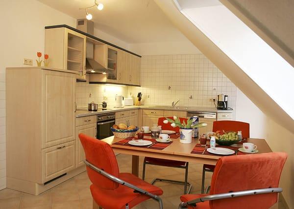 voll ausgestattete Küche mit Essplatz