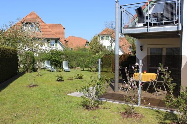 Für den Garten stehen Ihnen noch zwei Liegen zur Verfügung, Fahrradständer und Parkplatz befinden sich direkt vor dem Haus