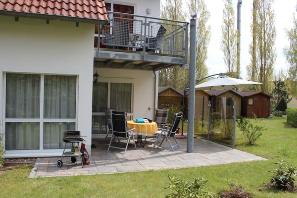 Großer Garten mit erweiterter Terrasse, teilweise überdacht, bequeme Gartenstühle mit Auflagen
