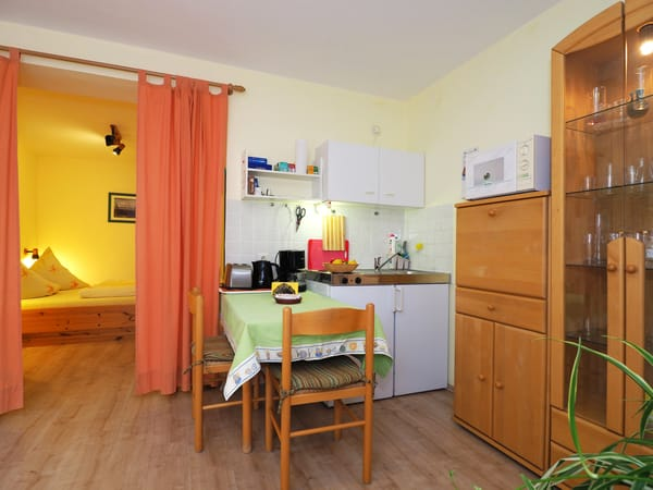 Küche mit Blick ins Schlafzimmer