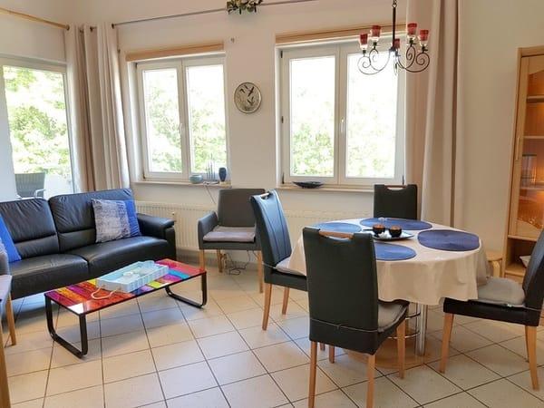 Helles Wohnzimmer mit Ostseeblick, moderne Einrichtung aus echem Leder