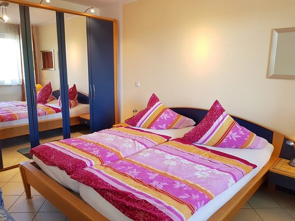 Geräumiges Schlafzimmer im maritimen Stil