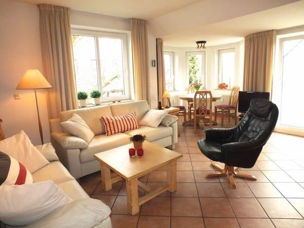 Einladendes Wohnzimmer - Blick in den Turm mit Essecke