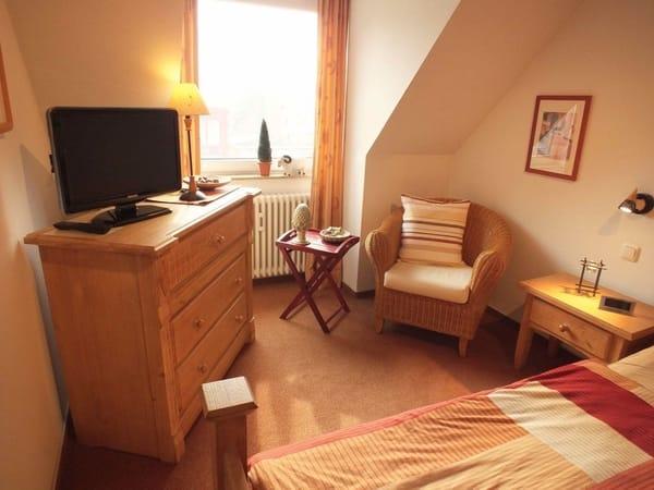 Kleine Sitz- und Lese-Ecke im Schlafzimmer.