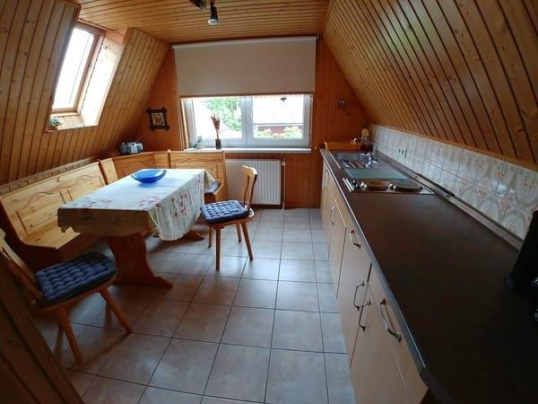 Eine große Küche mit  Sitzecke.