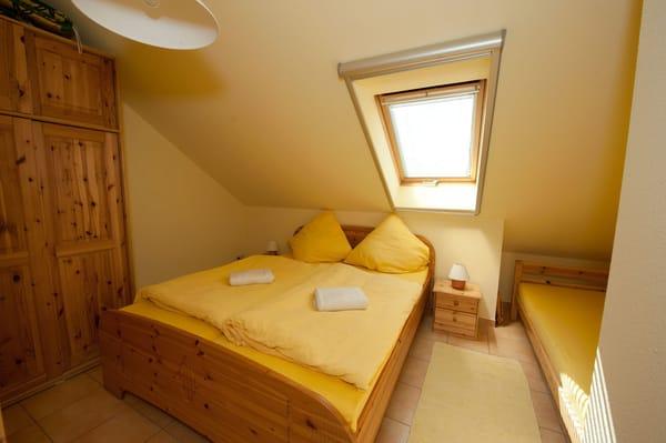 Das Schlafzimmer bietet Platz für drei Personen. Ein Babyreisebett kann hier auch aufgestellt werden.