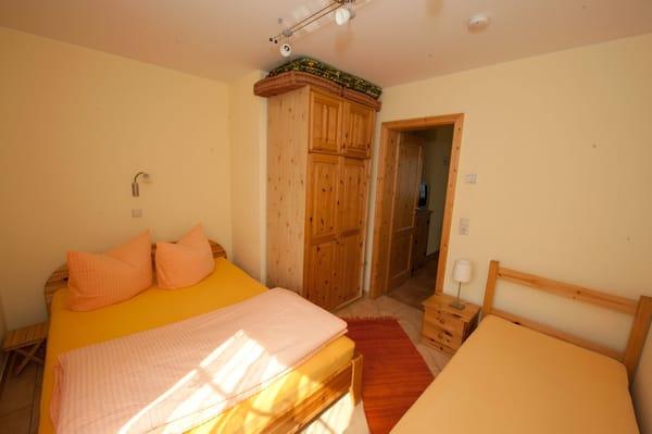 Im zweiten Schlafzimmer können drei Personen schlafen. Das Doppelbett ist 1,40 m breit.