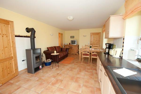 Küche und Essbereich mit Kaminofen