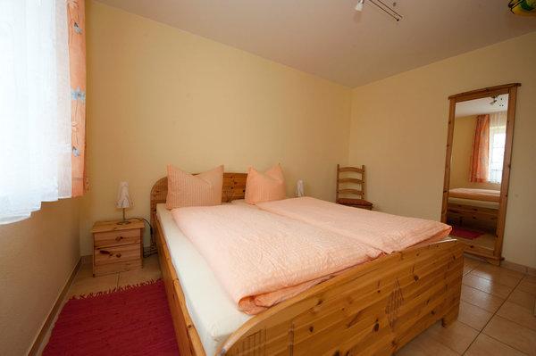 Schlafimmer für zwei mit Doppelbett. Hier stellen wir bei Bedarf das Kinderreisebett auf.