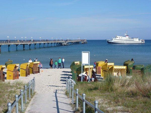 Seebrücke mit Rundfahrtenschiff