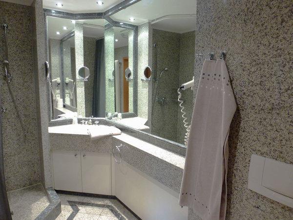 Komfort-Duschbad in Granit mit Fußbodenheizung