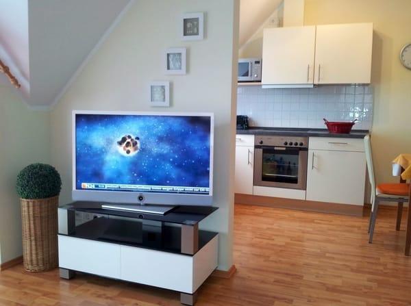 TV-Ecke mit Blick zur Küche