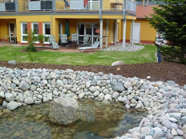 Die Terrasse, im Vordergrund kleiner Teich