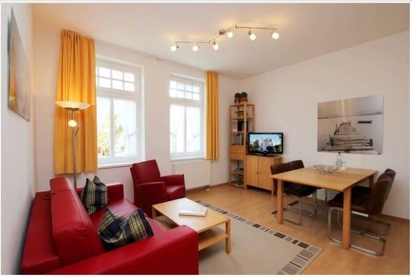 Wohnzimmer mit Schlafsofa und TV