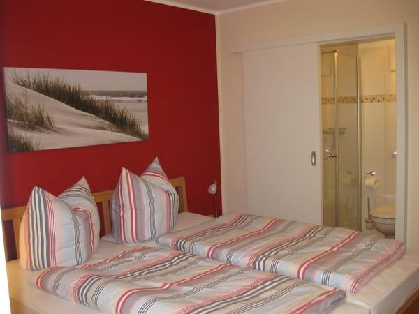 Schlafzimmer mit Doppelbett u. angrenzendem Bad