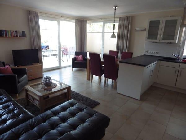 Wohnzimmer mit Esstisch und gemütlicher Sitzecke (TV inzwischen größer)