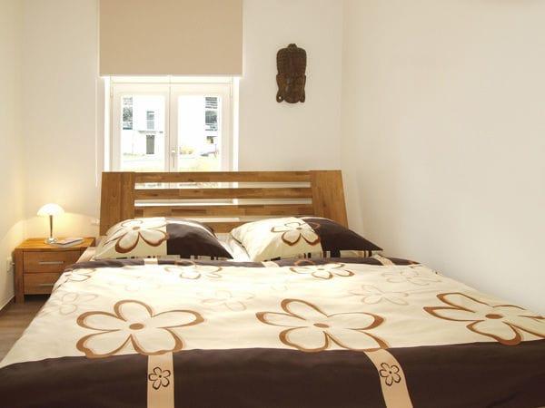 kl. Schlafzimmer mit Doppelbett
