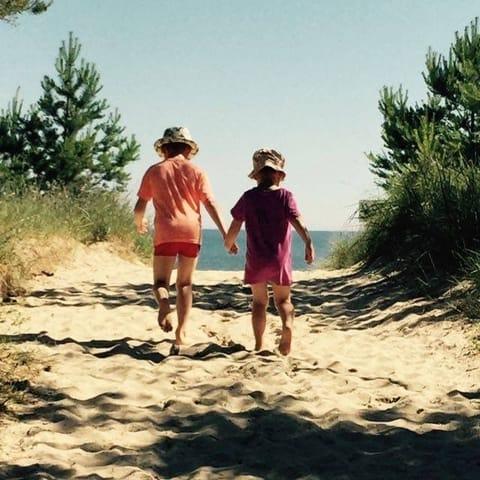Den Zugang zum Strand erreicht man mit wenigen Schritten
