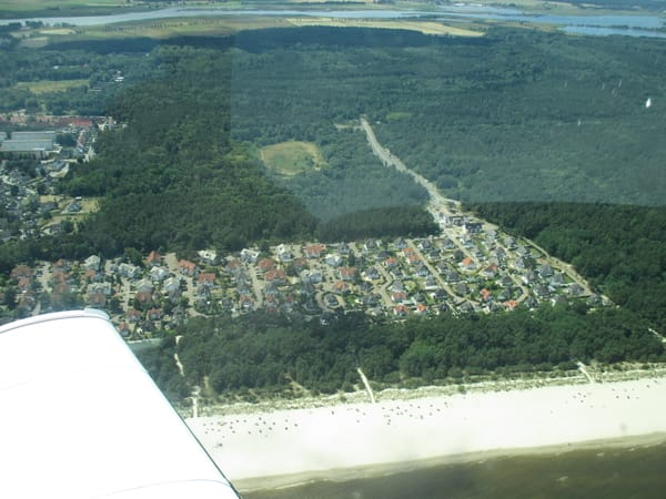Eine private Luftaufnahme der Zufahrtsstraße zur Dünenresidenz, um die einmalige Lage am ruhigen Strand mit persönlichem Strandkorb zu zeigen und genau in der Mitte ist unser Usedomnest