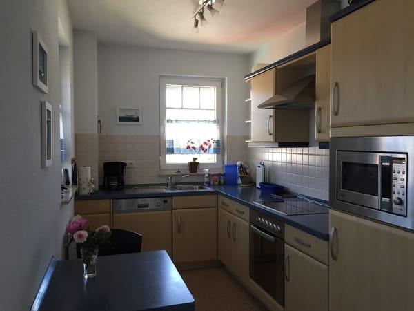 Die helle Küche mit Fensterblick zur Ostsee verfügt über Geschirrspüler, Ceranherd, Kaffeemaschine, Senseo, Wasserkocher, Mikrowelle mit Tupperwarebehälter, Toaster...