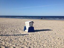 Das ist unser Strandkorb:-) Fernab vom Hauptzugang erreicht man  den 100 m entfernten feinen und flach ins Meer abfallenden Sandstrand über einen Privatweg. Pssst, nicht weitersagen!