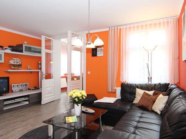 Wohnbereich mit Zugang zur Loggia/Veranda