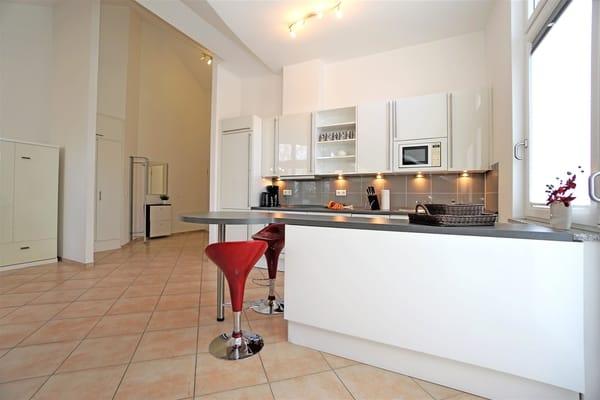 Voll ausgestattete Küchenzeile mit großem Küchentresen