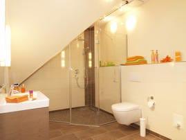Im edlen Badezimmer mit Dusche im XXL-Format werden Sie die Moderne des Appartements wiederfinden. Ein Gäste-WC komplettiert den erstklassigen Urlaubskomfort.