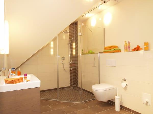 Im edlen Badezimmer mit Dusche im XXL-Format, WC und einem Haarfön werden Sie die Moderne des Appartements wiederfinden. Ein Gäste-WC komplettiert den erstklassigen Urlaubskomfort.
