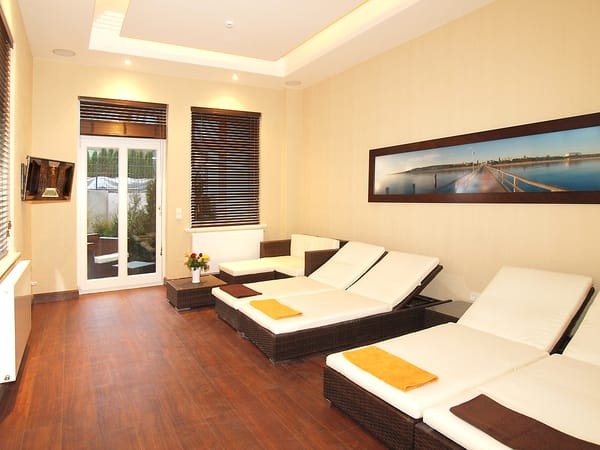 Der moderne Wellnessbereich befindet sich im Erdgeschoss. Warme Farben, mediterrane Möbel und hochwertige Materialien dominieren die Inneneinrichtung.