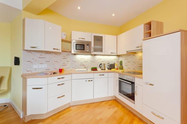 Hell und freundlich lädt Sie die gut ausgestattete Küchenzeile dazu ein, Köstlichkeiten für sich und Ihre Lieben zu zaubern.