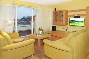 Vom Wohnzimmer ist der Zugang zum Balkon mit Südlage möglich. Technisch lässt das Wohnzimmer mit 40 Zoll 3D-LED-TV (Maxdome-Zugang), Bluray-Heimkinoanlage, IPad m. WLAN-DSL-Anlage keine Wünsche offen.