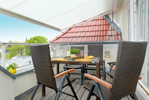 Auf Ihrem vom Wohnbereich abgehenden Privatbalkon genießen Sie die Sonne fast den ganzen Tag ...