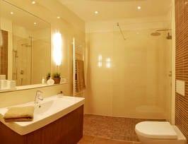 Das moderne Bad mit ebenerdiger Dusche und Regenschauerbrause lässt keine Wünsche offen.