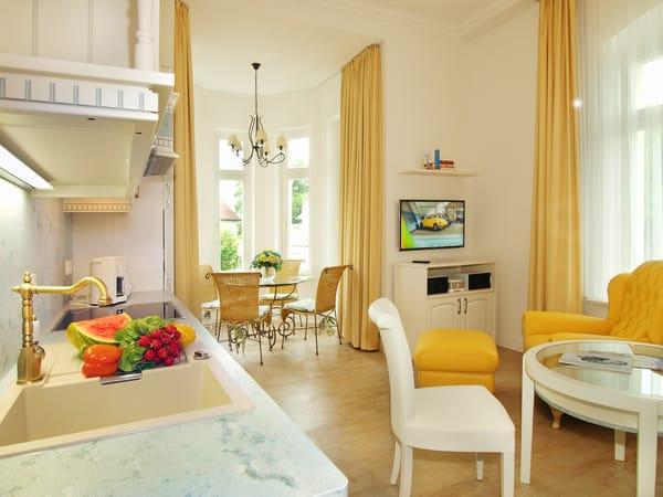 Die hohen Decken des Appartements verbreiten ein einzigartiges Villen-Feeling und sorgen mit der mediterranen Farbgebung für ein luftiges und lichtdurchflutetes Raumgefühl.