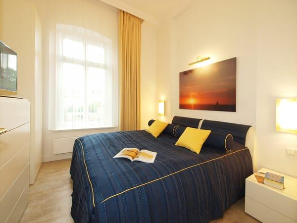 Das separate Schlafzimmer ist mit edlen italienischen Vollholzmöbeln und einem Doppelbett der Marke RUF (180x200) eingerichtet. Die Kaltschaummatratzen versprechen Schlafkomfort - auch für Allergiker.