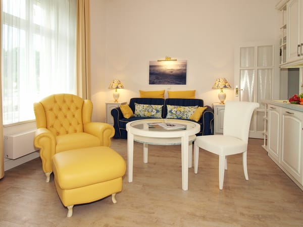Blickfang des Wohnzimmers ist das formschöne Sofa mit passendem Sessel und Tisch. Gleiches gilt auch für die auf Sofa und Sessel abgestimmte wunderschöne Beleuchtung.