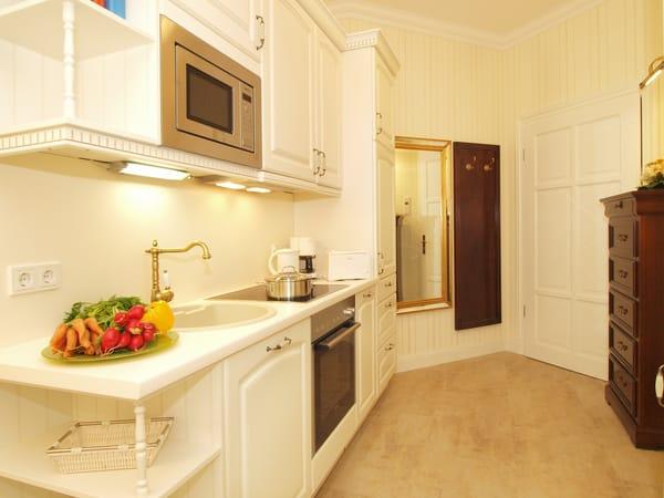 Die im Wohnbereich integrierte Einbauküche ist mit allem ausgestattet, was das Kochherz höher schlagen lässt. Ihre Kochkünste können Sie gemeinsam am runden Esstisch genießen.
