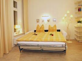 Für einen angenehmen Schlafgenuss sorgt die komfortable Schlafcouch(180x200) im Wohnbereich. Die Vorhänge bieten eine ausreichende Verdunklungsmöglichkeit.