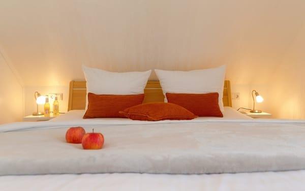 Gern können Sie unseren Service nutzen und ein Wäschepaket (1x Bettwäsche, 1x Duschtuch, 1x normales Handtuch) für 12,50 € p.P. hinzubuchen.In diesem Fall sind die Betten bei Anreise bezogen.