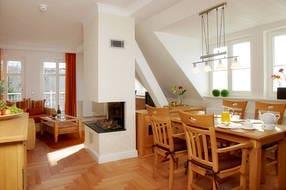 Für die gemeinsamen Mahlzeiten bietet der großzügige Esstisch ausreichend Platz. Vom Wohnzimmer erreichen Sie den angrenzende Balkon, der zum Sonnenbaden einlädt.
