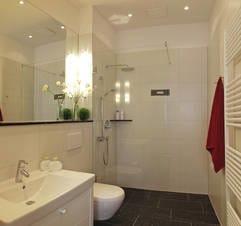 Das Appartement verfügt über ein edles Badezimmer mit bodengleicher Echtglasdusche und Kopfbrause.
