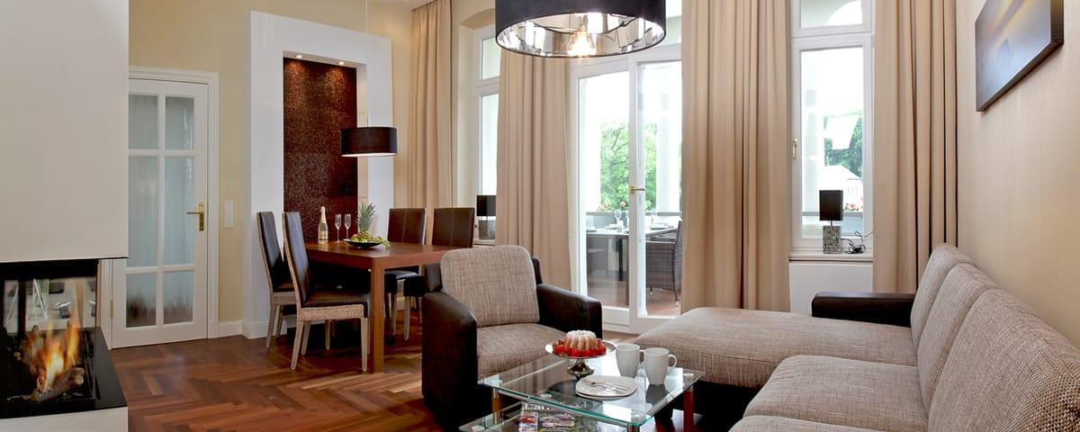 Das 3-Zimmer-Raum im 1. OG bietet viel Platz für die ganze Familie. Die Einrichtung des Appartements ist in beige-braunen Tönen gehalten u. überzeugt mit Küchenzeile, Flat-TV, DVD-Player und iPad.
